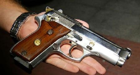 Simula uno scherzo e ritenendo che la pistola semi...