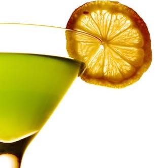 Ragazzina fuori da un cocktail-bar con una bevanda...