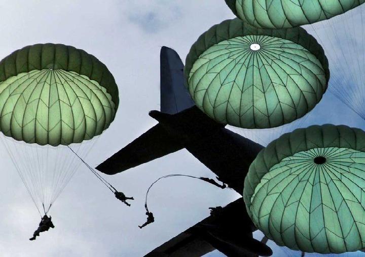Esploratore di blindo e paracadutista presenta dom...