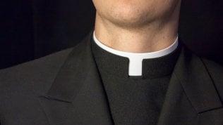Consegna al sacerdote banconote false in cambio de...