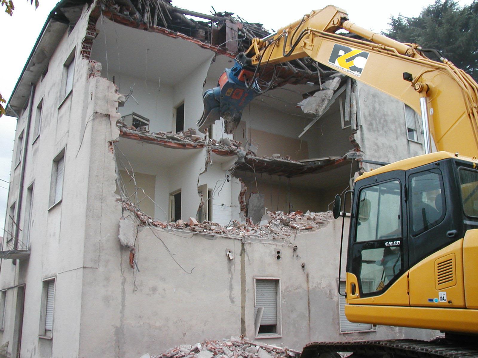 L'ordine di demolizione è un atto vincolato c...