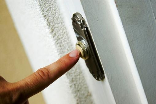 Molestie: suona il campanello della porta di ingre...