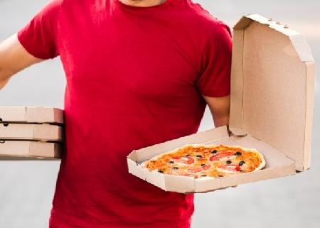 Una pizza bollente cade sulla gamba del cliente. I...